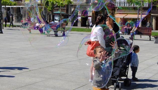 Un niño juega con una pompa gigante este sábado en la Plaza del Castillo de Pamplona