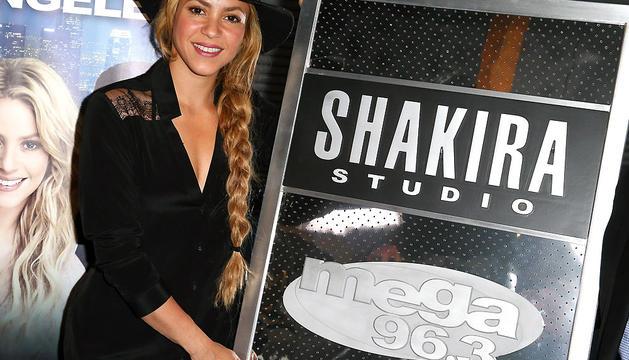 Shakira, en su visita a la nueva emisora de radio fórmula en español en Los Ángeles, Mega 96.3