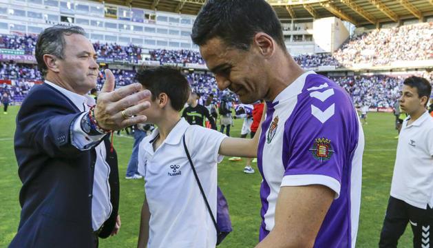 Juan Ignacio Martínez consuela a sus jugadores