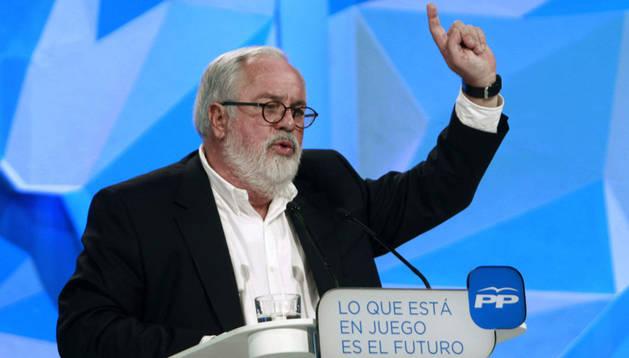 El candidato del PP en las elecciones europeas Miguel Arias Cañete interviene en el mitin que se celebra en el Teatre Musical de Barcelona en un momento de intenso debate soberanista en Cataluña.