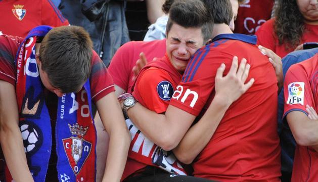 Aficionados de Osasuna, hundidos tras consumarse el descenso