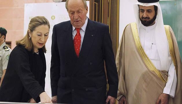 El rey Juan Carlos, junto a Ana Pastor, y el ministro de Comercio de Arabia Saudí, Twfiq Bin Fouzan Al-Rabiah.