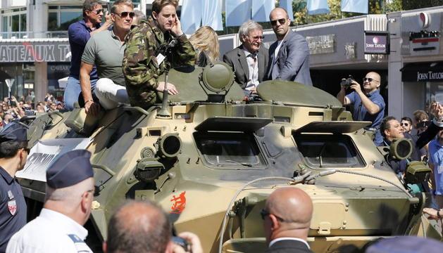 Sylvester Stallone, Dolph Lundgren, Harrison Ford y Jason Statham llegan a Cannes en un tanque