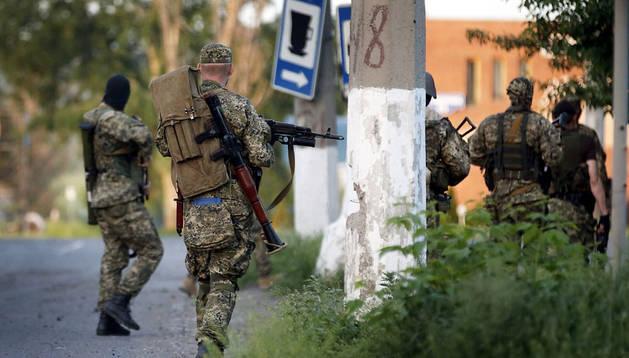 Soldados prorrusos combaten con las tropas ucranianas en las afueras de Slaviansk