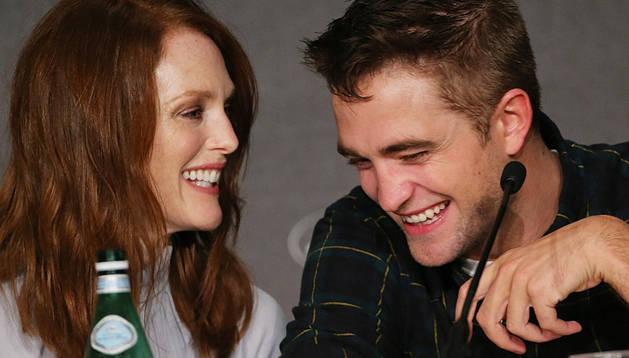Julianne Moore y Robert Pattinson ríen en Cannes