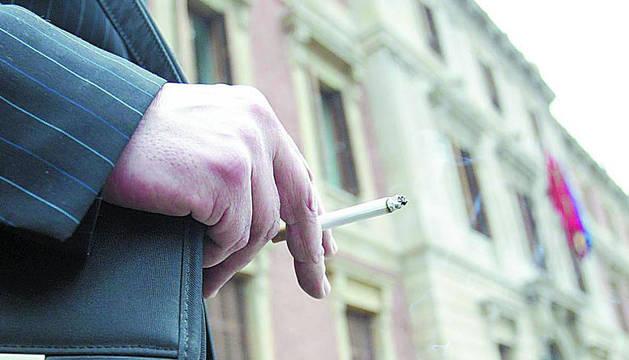 Una persona fuma en Pamplona.