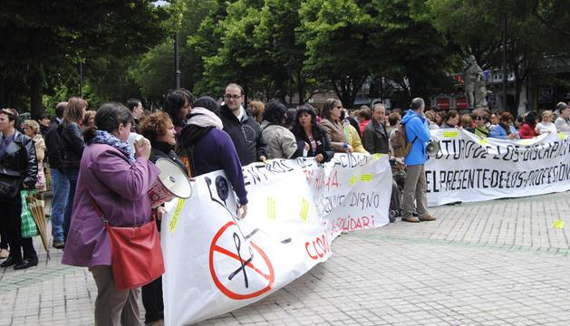Protesta de los trabajadores del sector de discapacidad, frente al Parlamento