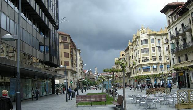 Cielo nuboso sobre la avenida Carlos III de Pamplona.