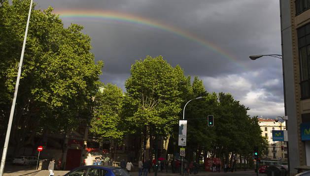 Imagen de la Plaza de Toros de Pamplona coronada por el arco iris