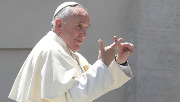 El papa Francisco gesticula a su llegada a una audiencia general reciente, en la Plaza de San Pedro, en la Ciudad del Vaticano
