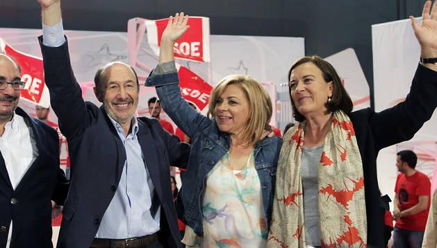 La cabeza de lista por el PSOE a las elecciones europeas, Elena Valenciano (centro), junto a Alfredo Pérez Rubalcaba (izda.) y la candidata aragonesa Inés Ayala (dcha.)