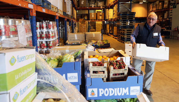 Uno de los 158 voluntarios con los que cuenta el Banco de Alimentos, en las instalaciones del polígono Agustinos