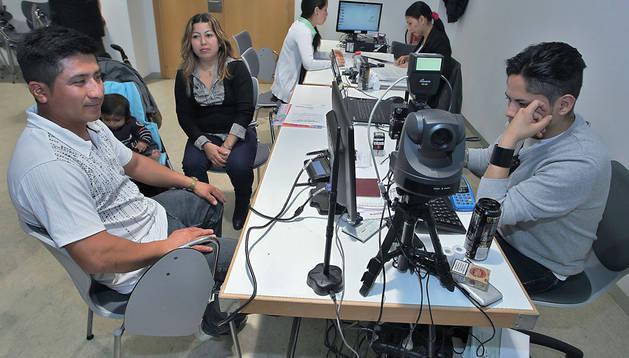 Algunos ecuatorianos haciendo trámites en el consulado itinerante de su país, que se instaló en Burlada el sábado 17 de mayo