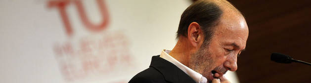 Rubalcaba, tras anunciar su renuncia en la sede del PSOE.