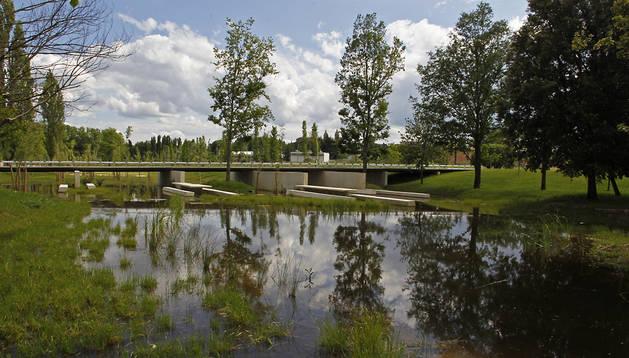 La balsa anega la zona de los merenderos, en el nuevo parque de Aranzadi de Pamplona