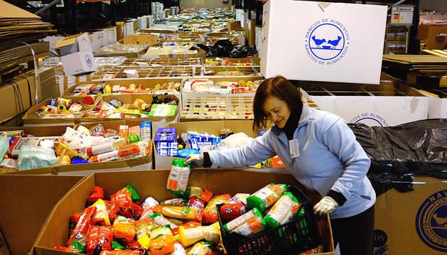 Una voluntaria distribuye alimentos en una recogida anterior