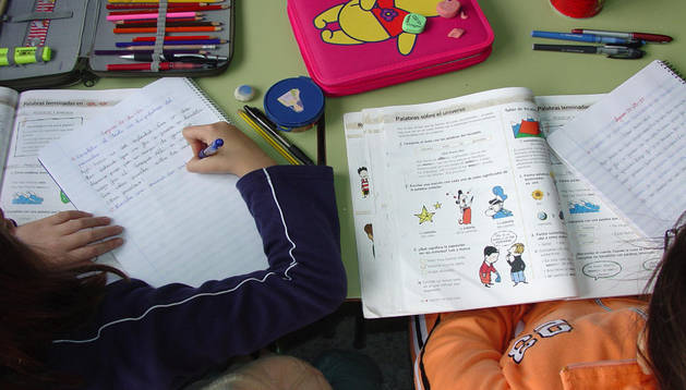 Alumnos haciendo la tarea