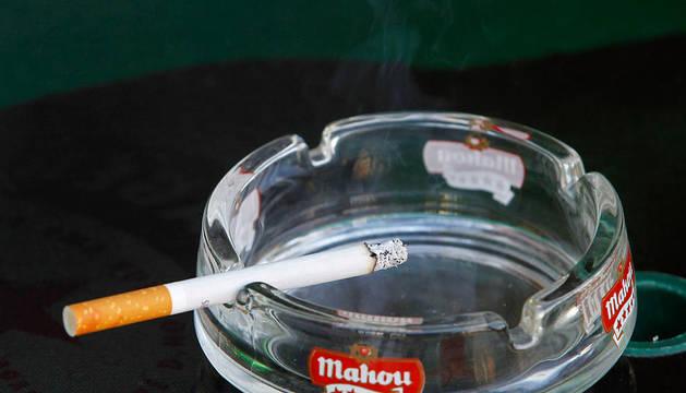 Cenicero con un cigarrillo