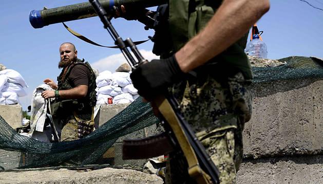 Milicianos prorrusos vigilan en las afueras de Slaviansk