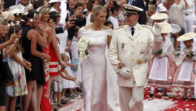 La princesa Charlene (i) camina del brazo de su esposo, el príncipe Alberto de Mónaco (d), después de su boda religiosa en el palacio Real de Mónaco (Mónaco)