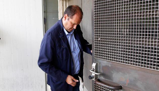 El directivo Txuma Peralta, que ayer tuvo que volver de Almería para la junta directiva, en el momento de acceder al club.
