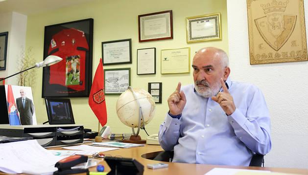 Manuel Ganuza en el despacho de su empresa, Afica, que respira osasunismo por todos los rincones