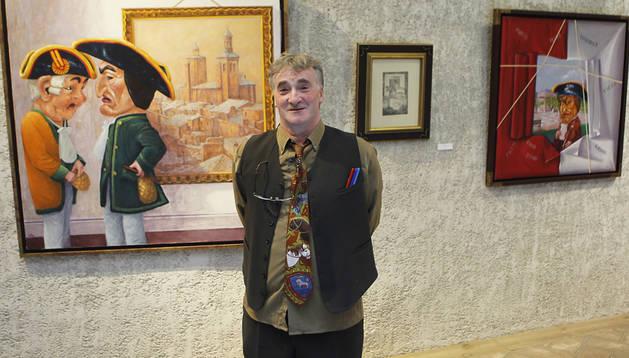 El pintor de Cirauqui Antonio Laita posando ante '¿Hará frío en Nueva York?'