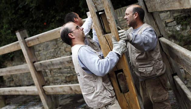 Varios empleados de la carpintería Hermanos Aldaz han comenzado a colocar el vallado para los encierros de los sanfermines, que darán comienzo el próximo 7 de Julio.