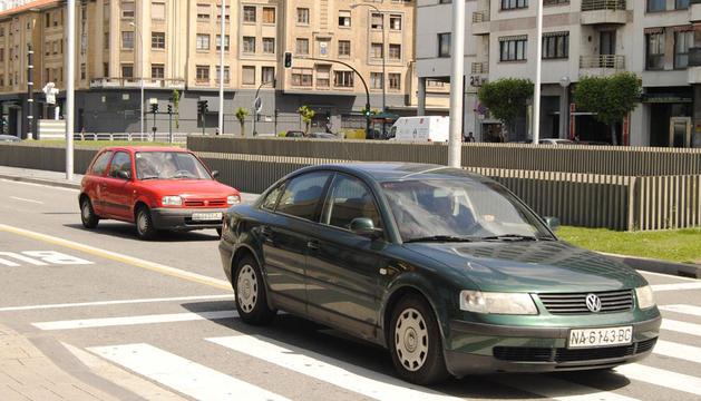 Varios vehículos circulan por Pamplona.