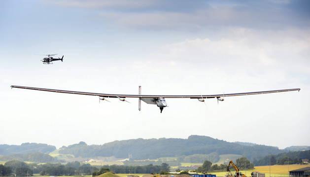 El segundo prototipo de Solar Impulse durante su primer vuelo de prueba en la base aérea de Payerne en Suiza