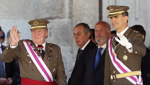 El Rey Juan Carlos y el Príncipe de Asturias, a su llegada al Monasterio de San Lorenzo de El Escorial (Madrid), este martes