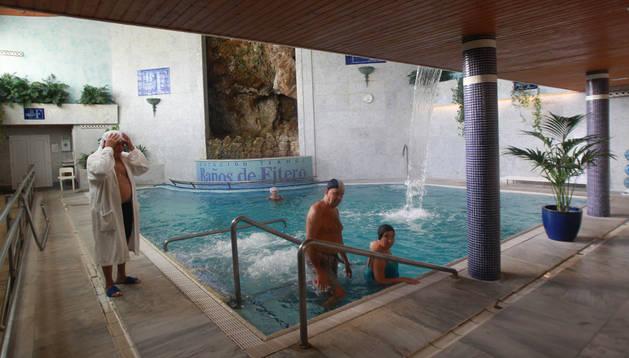El gobierno retoma la ayuda a mayores para balnearios que for Escaleras de piscinas para personas mayores