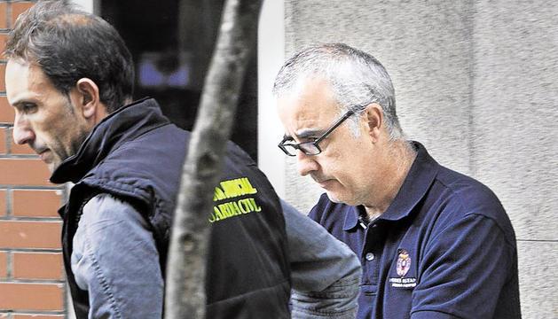 El padre de Asunta, junto a un agente de la Guardia Civil, el pasado mes de septiembre