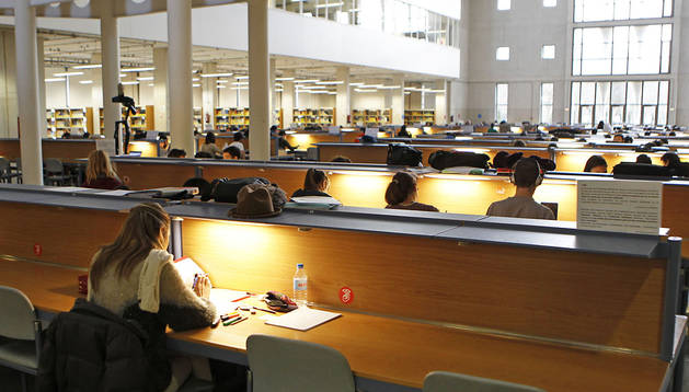 Universitarios estudiando en la biblioteca de la UPNA