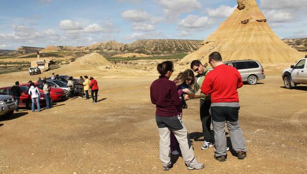 Un grupo de turistas junto al cabezo de Castildetierra, todo un símbolo de Bardenas Reales.