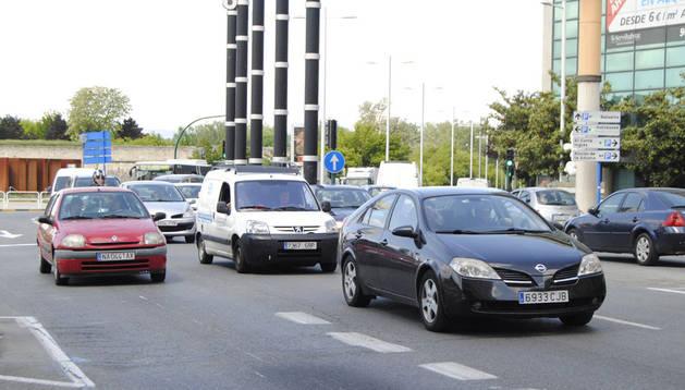Varios coches circulan por el centro de Pamplona.