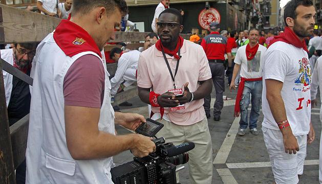 Dos periodistas comparten datos digitales durante uno de los encierros de San Fermín 2013.