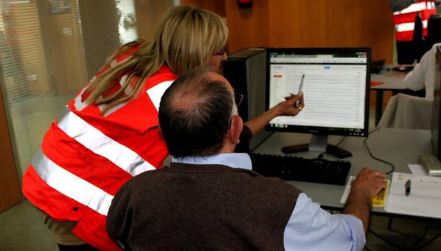 Un señor asiste a una de las clases ofertadas por Cruz Roja Navarra sobre nuevas tecnologías.