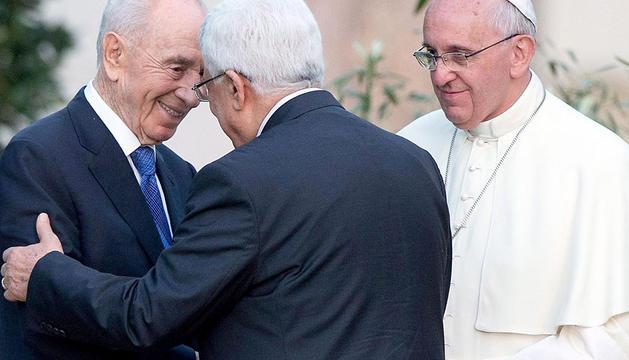 Shimon Peres, Mahmoud Abbas y el papa Francisco.