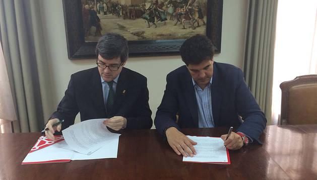 Firma del convenio entre el consejero Iribas y el alcalde de Tudela, Luis Casado