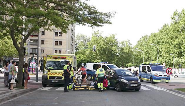 Sanitarios de la ambulancia de la DYA socorren al peatón herido este martes en Pamplona