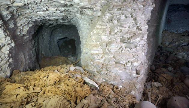 Los arqueólogos hallaron la tumba mientras realizaban excavaciones en tres pozos funerarios