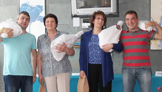 Los ganadores en los campeonatos de mus y brisca, con los obsequios recibidos por el triunfo.