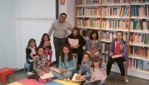 Los premiados a la participación infantil posan con el bibliotecario de Viana, Iñaki Suso.