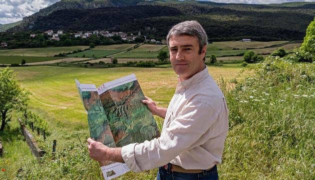Javier Echeverría García, con el mapa de la sierra de Lóquiz que ha editado entre las manos.