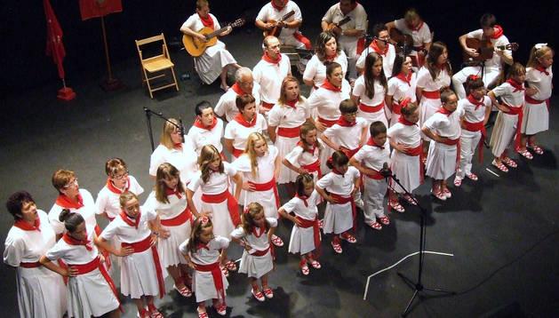 Los alumnos de la Escuela de Jotas de Castejón interpretan un tema de forma conjunta durante el concierto.