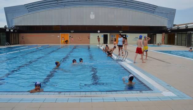 Un grupo de niños disfrutaban de la piscinas del complejo deportivo de  San Adrián.