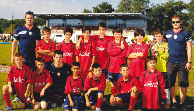 Los jugadores del CD Lodosa que participaron en el torneo celebrado en Francia con sus entrenadores.