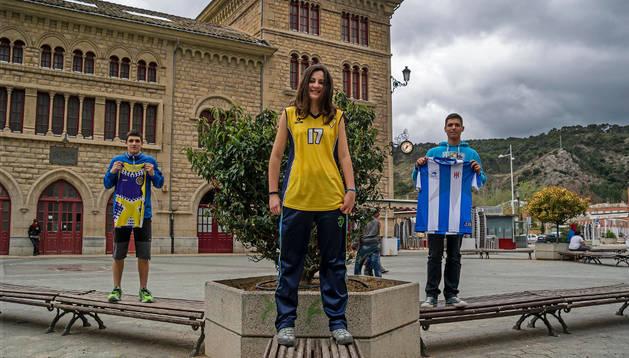 Los deportistas Iñaki Sendón Ajona (Club Atlético Iranzu), Iratxe Andueza Altuna (Club Baloncesto Oncineda) y Dani Bernardo Mateos (Club Deportivo Izarra) con sus camisetas sin logos de patrocinadores.