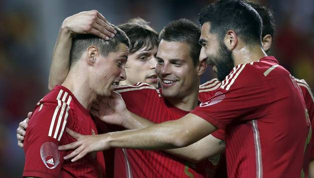 César Azpilicueta celebra el gol de Torres ante Bolivia